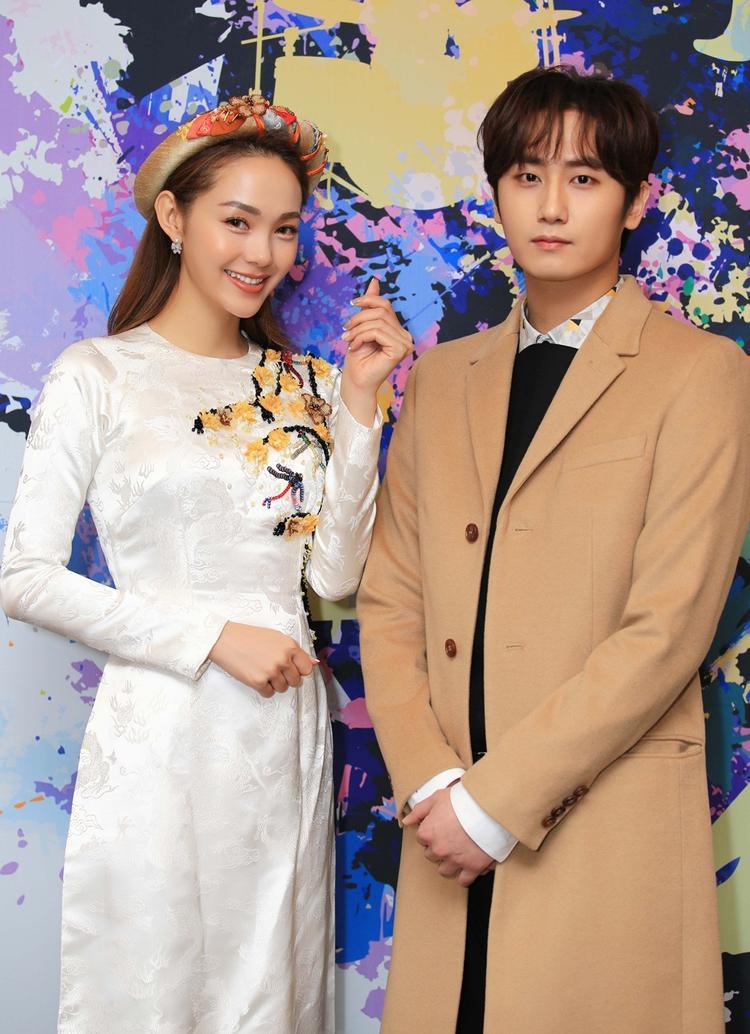 Minh Hằng chụp ảnh cùng Young Saeung Heo (thành viên cũ của nhóm SS501).