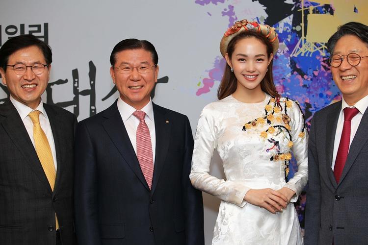 Minh Hằng chụp ảnh thân mật cùng dàn khách VIP.