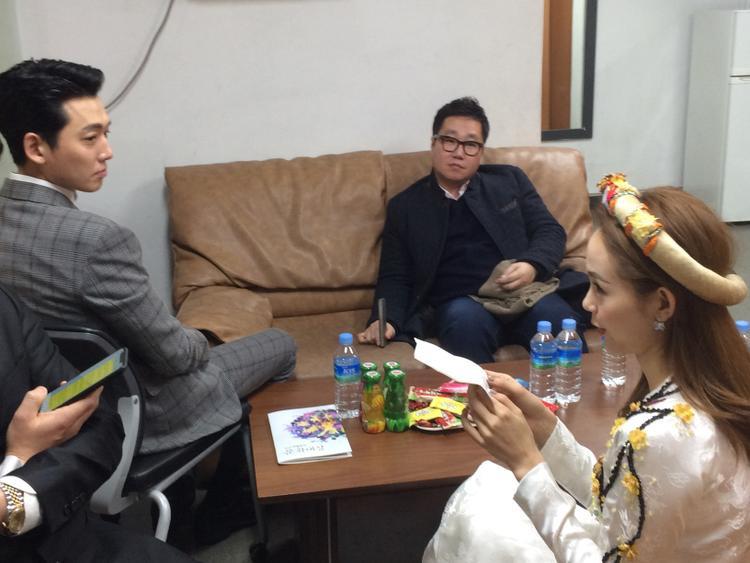 Minh Hằng được xếp cùng phòng chờ vớinam diễn Chung Kyung Ho.