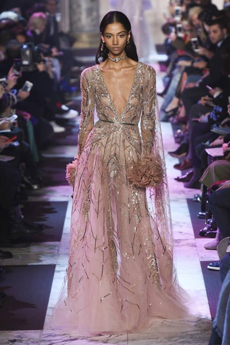 Nhìn vào những chiếc váy của Elie Saab qua các mùa, giới mộ điệu không thể không nhận thấy nét tinh tế, quyến rũ trong từng mẫu thiết kế.