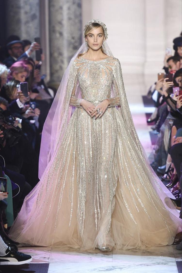 Một thiết kế váy cưới với phần tùng xòe được đính kết lộng lẫy, mang đậm nét đặc trưng của hãng.