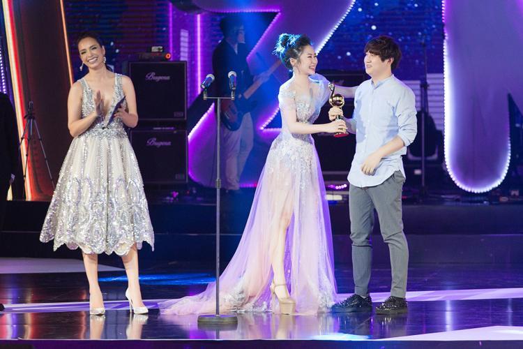 """Nữ ca sĩ lên nhận giải cùng """"cha đẻ"""" của Em gái mưa - Mr. Siro."""