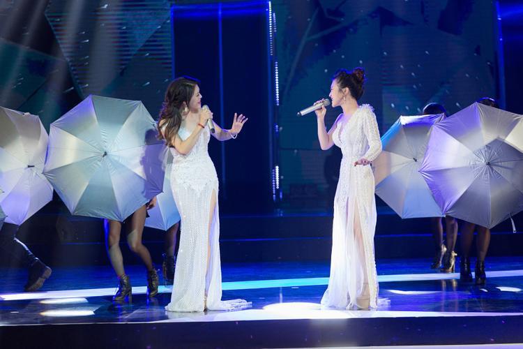 Hương Tràm và Thu Phương khiến khán giả bất ngờ với màn song ca Em gái mưa cực hoành tráng và mới lạ.