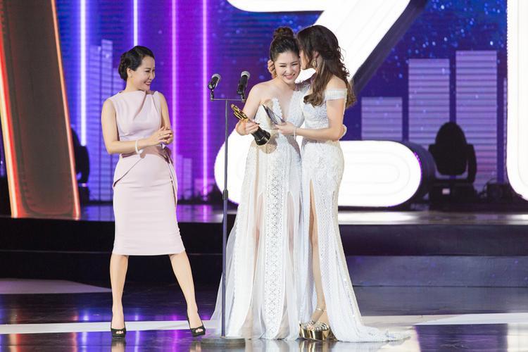 Ngay sau đó, Thu Phương cùng nhạc sĩ Giáng Son lên trao giải thưởng Nữ ca sĩ được yêu thích nhất cho Hương Tràm.