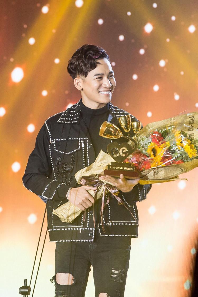 Cách đây ít tuần, cũng tại 1 lễ trao giải âm nhạc khác, nam ca sĩ lại được xướng tên ở hạng mục Gương mặt phát hiện.