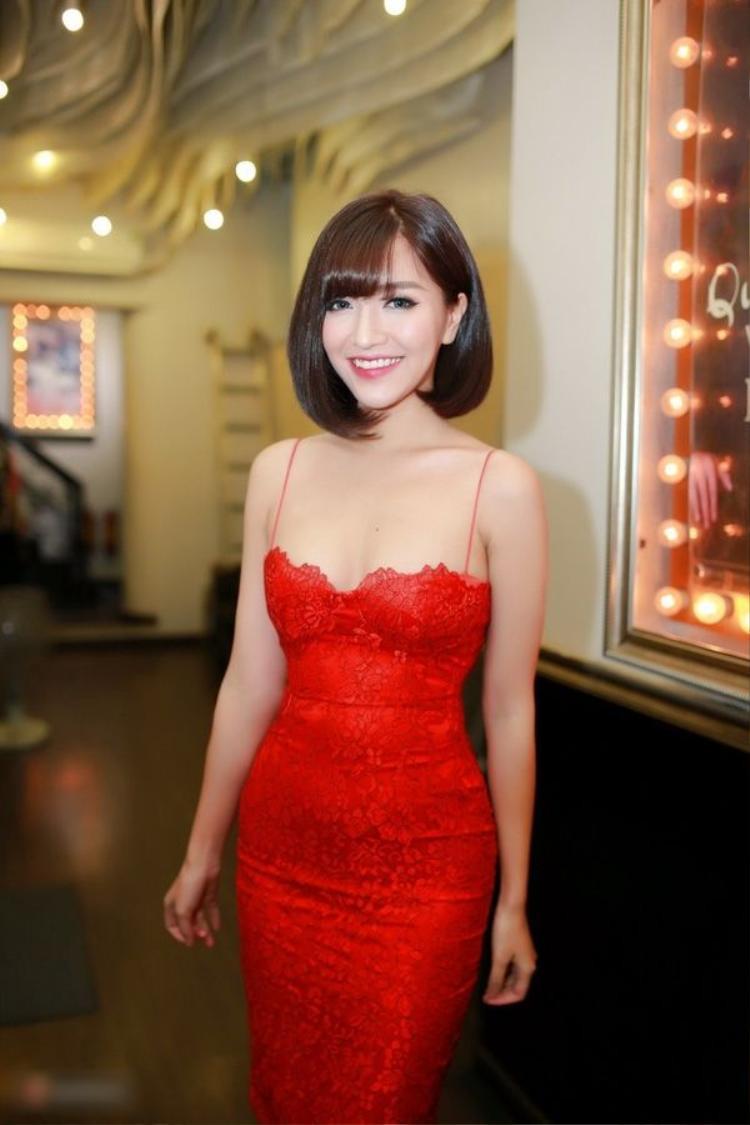 Khi tham dự sự kiện, bích Phương cũng ưa thích những chiếc váy ôm, 2 dây khoe vòng 1 cùng chất liệu ren nữ tính.