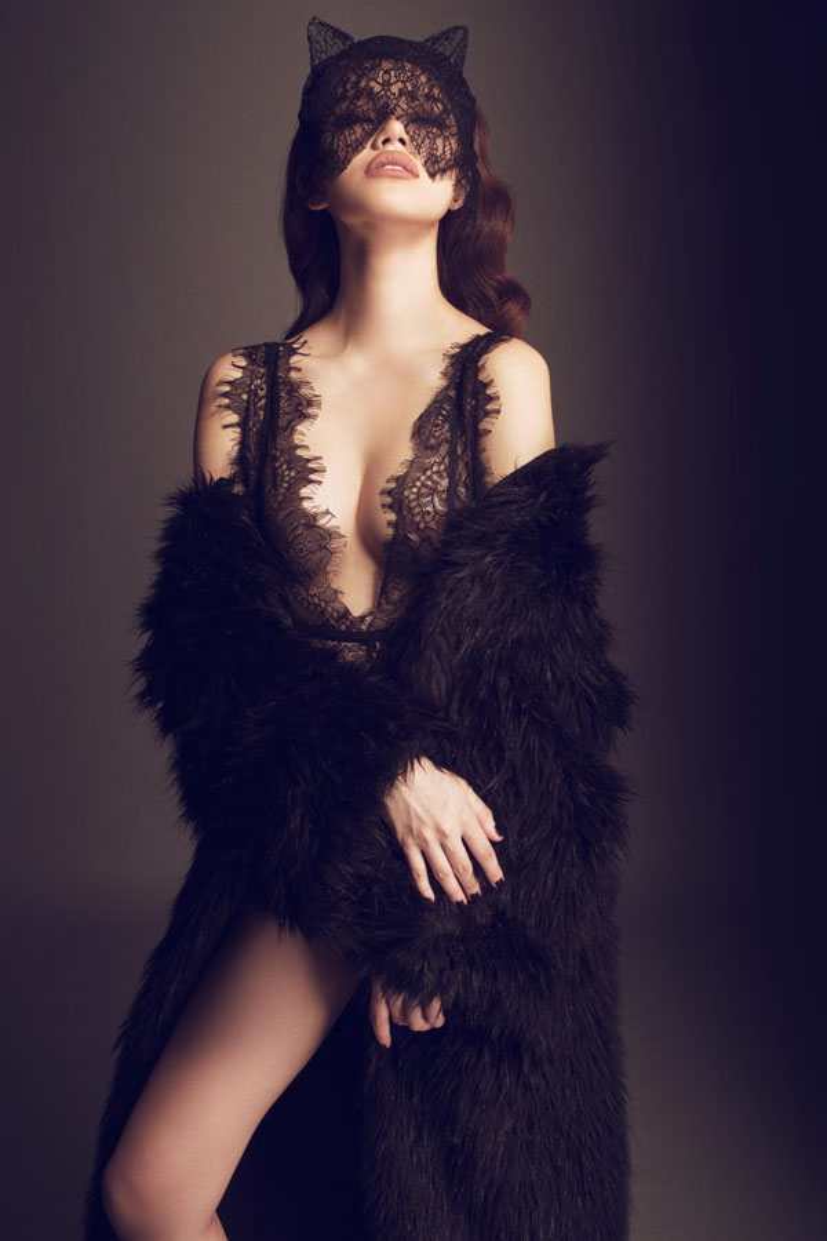 """""""Hoa hậu hàng hiệu"""" Jolie Nguyễn cũng là một trong những người đẹp showbiz """"thả thính"""" thủ môn Tiến Dũng, cô nàng từng nửa đùa nửa thật về việc sẽ gọi điện tỏ tình với anh chàng cầu thủ."""