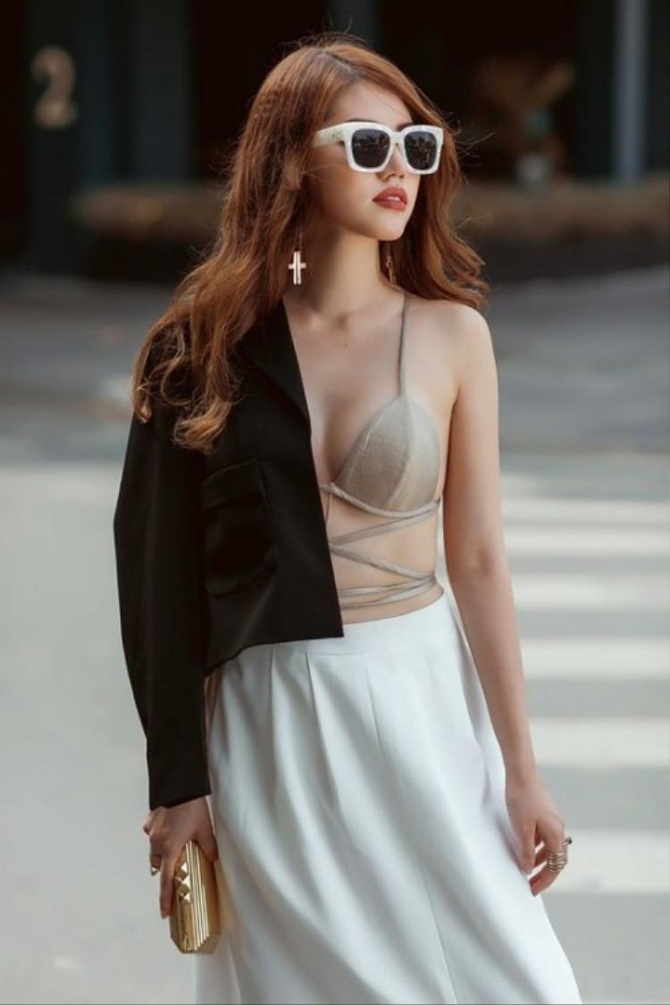 Cô nàng cũng từng diện trang phục khoe nội y táo bạo khi xuống phố.