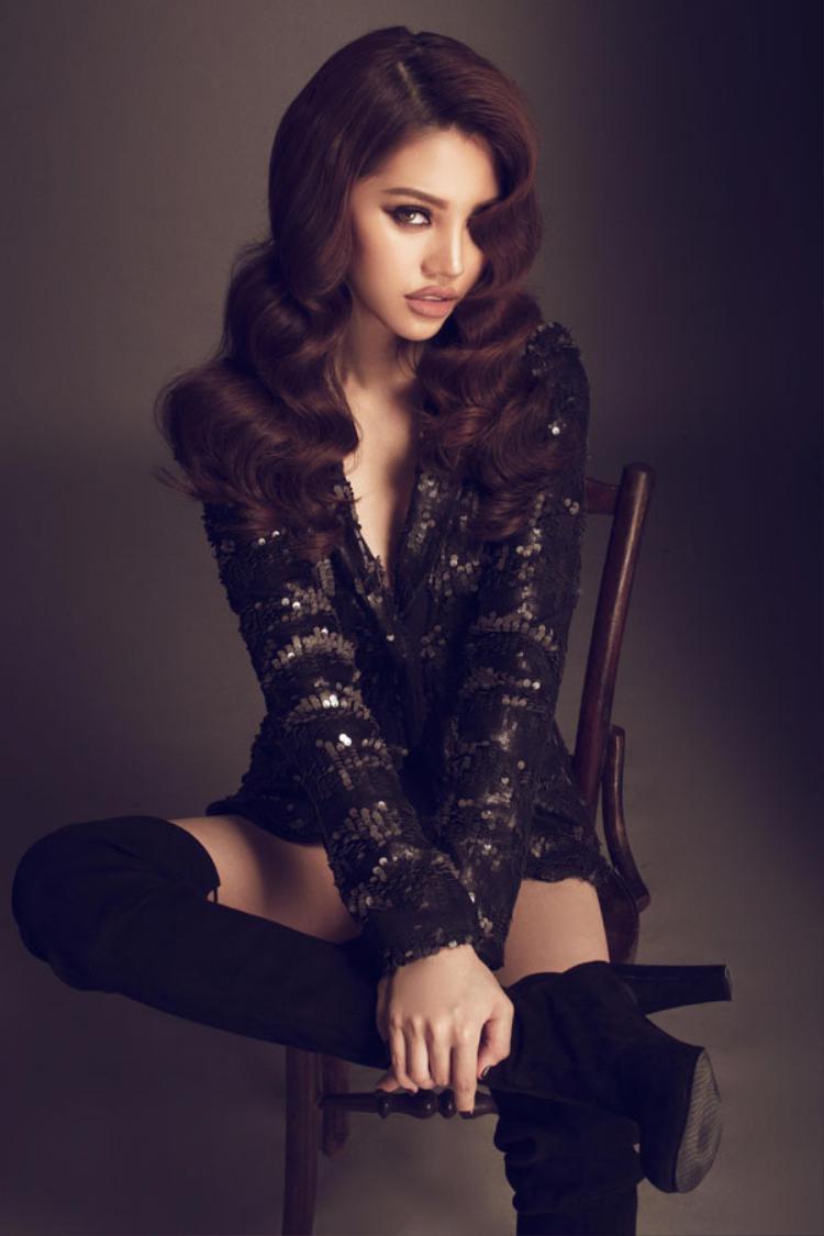 """Với nhan sắc cùng ánh mắt """"chết người"""", Jolie Nguyễn khiến """"cánh mày râu"""" không thể rời mắt."""