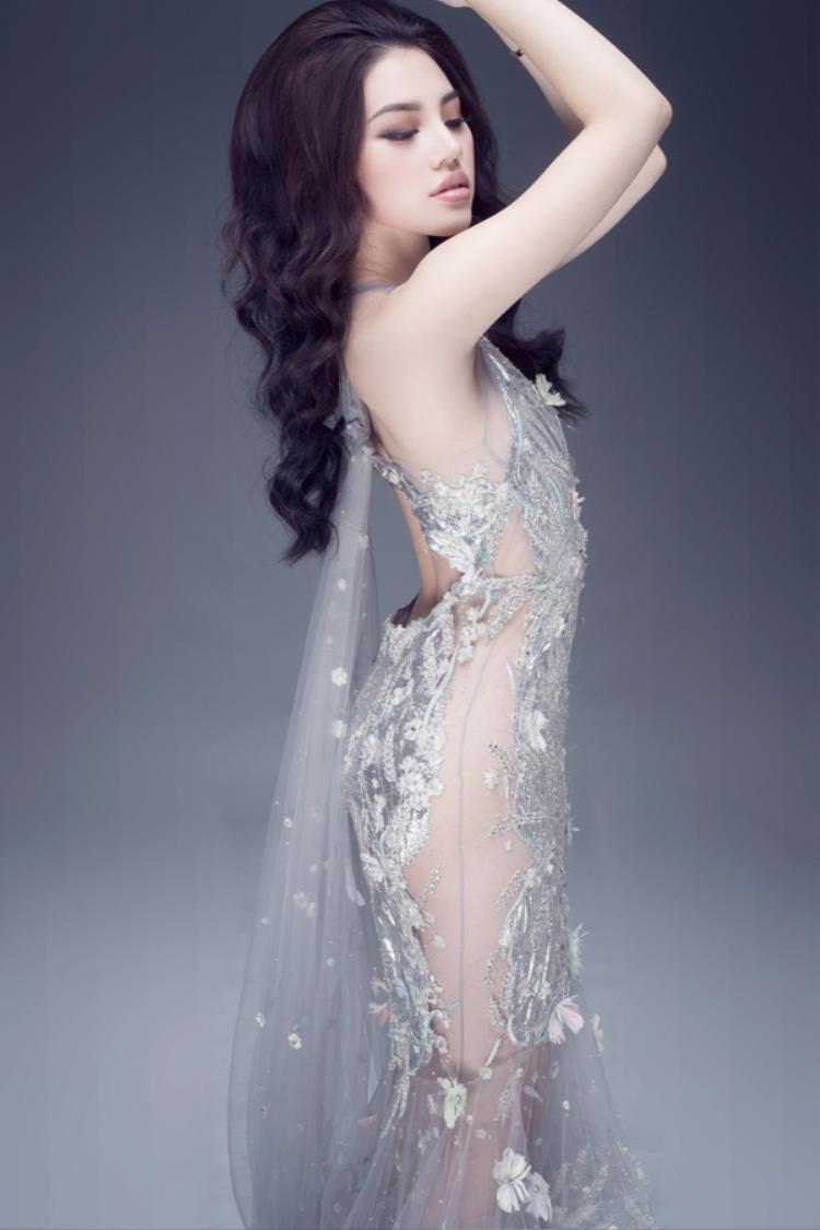 Với làn da trắng sứ, khuôn mặt trái xoan cùng đôi mắt to tròn, Jolie Nguyễn cũng là 1 trong những người đẹp vô cùng quyến rũ của showbiz Việt.