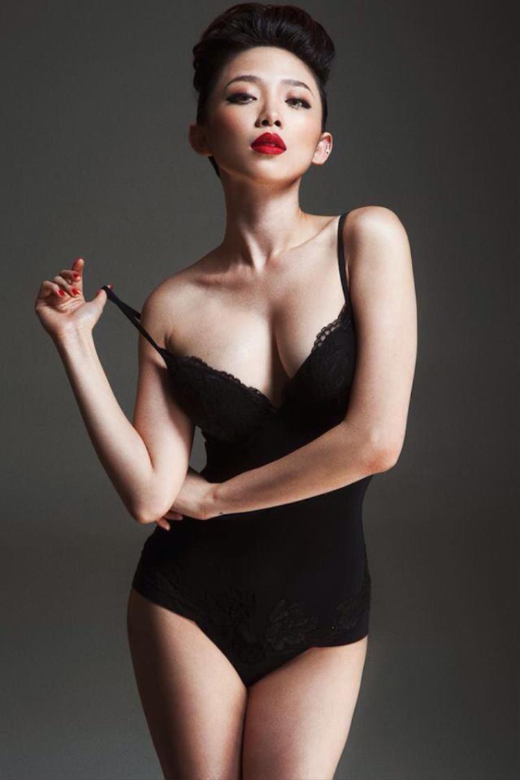 """Sở hữu hình thể """"bốc lửa"""", nên nữ ca sĩ sinh năm 1989 không ngần ngại khoe số đo 3 vòng nóng bỏng trong những bộ ảnh bikini khiến người hâm mộ không khỏi rời mắt."""
