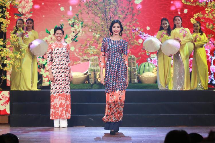 Không chỉ thế, tham gia chương trình còn có loạt người đẹp khác xuất thân từ Hoa hậu Hoàn vũ Việt Nam. Á hậu Hoàng Thùy duyên dáng trong tà áo dài cách tân vừa cổ điển vừa có sự hiện đại.