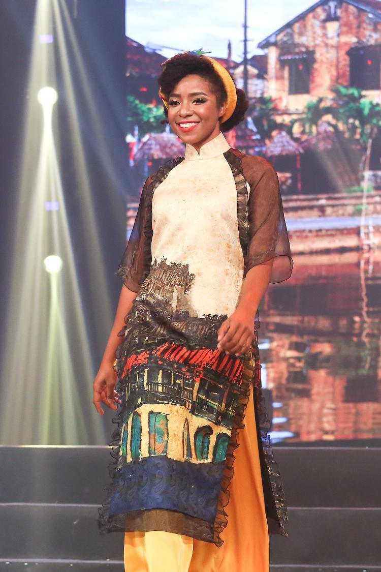 Người đẹp thể thao Huỳnh Cẩm Tiên gây ấn tượng mạnh khi khoác lên bộ áo dài đầy chất thơ.