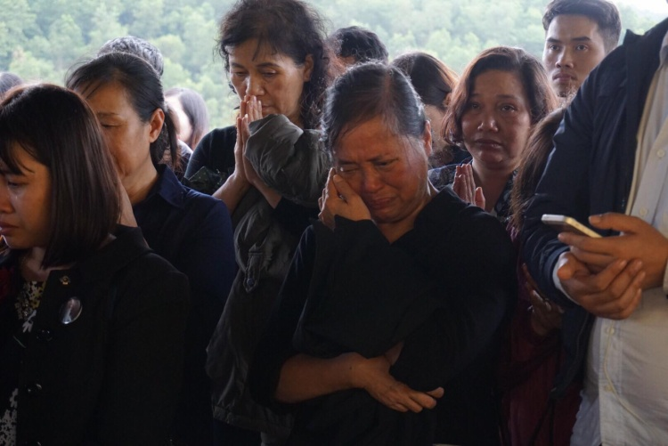 Không riêng vợ con và các cháu, nhiều người dân đến viếng cũng không kìm được cảm xúc của mình, mong thầy yên nghỉ cõi vĩnh hằng.
