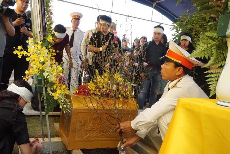 Sau hơn 3 tháng gia đình quyết định đưa tro cốt thầy về Công viên nghĩa trang tâm linh Lạc Hồng Viên.