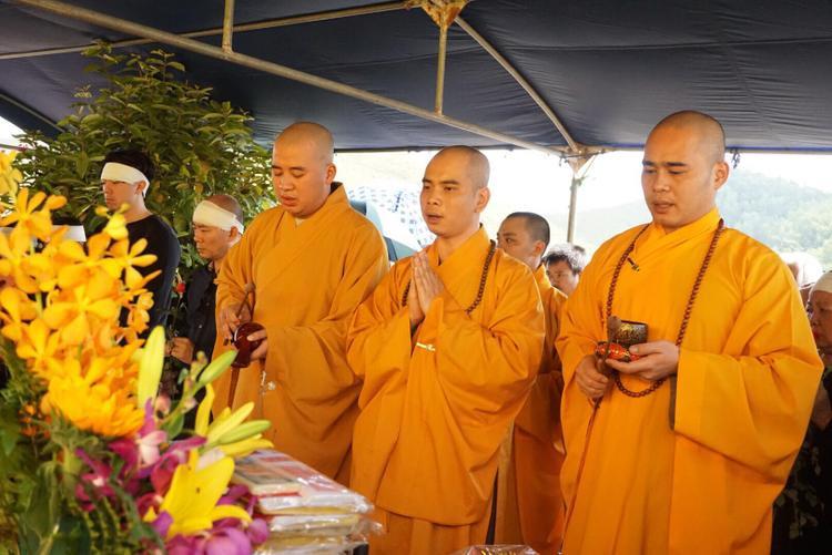 Sư trủ trì chùa Kim Sơn Lạc Hồng Thích Trí Thịnh cùng các tăng ni phật tử tụng kinh niệm phật trong lễ an táng.