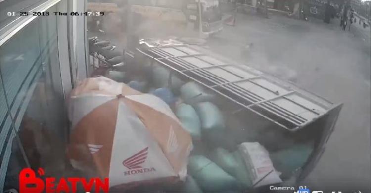 Xe ô tô chở hàng cũng bị đổ chỏng chơ. Ảnh cắt từ clip.