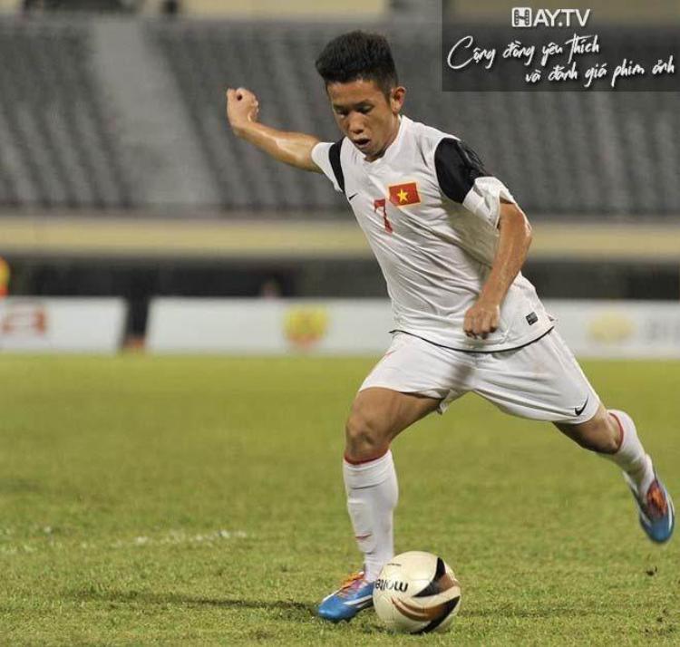 Chàng tiền vệ quê Bình Phước Nguyễn Phong Hồng Duy sinh năm 1996. Tuy có chiều cao khiêm tốn so với các anh em trong đội tuyển U23 Việt Nam là 1m68. Tuy nhiên, chàng trai đến từ CLB Hoàng Anh Gia Lai này lại sở hữu kỹ thuật cá nhân cực tốt và hết sức nhanh nhẹn.
