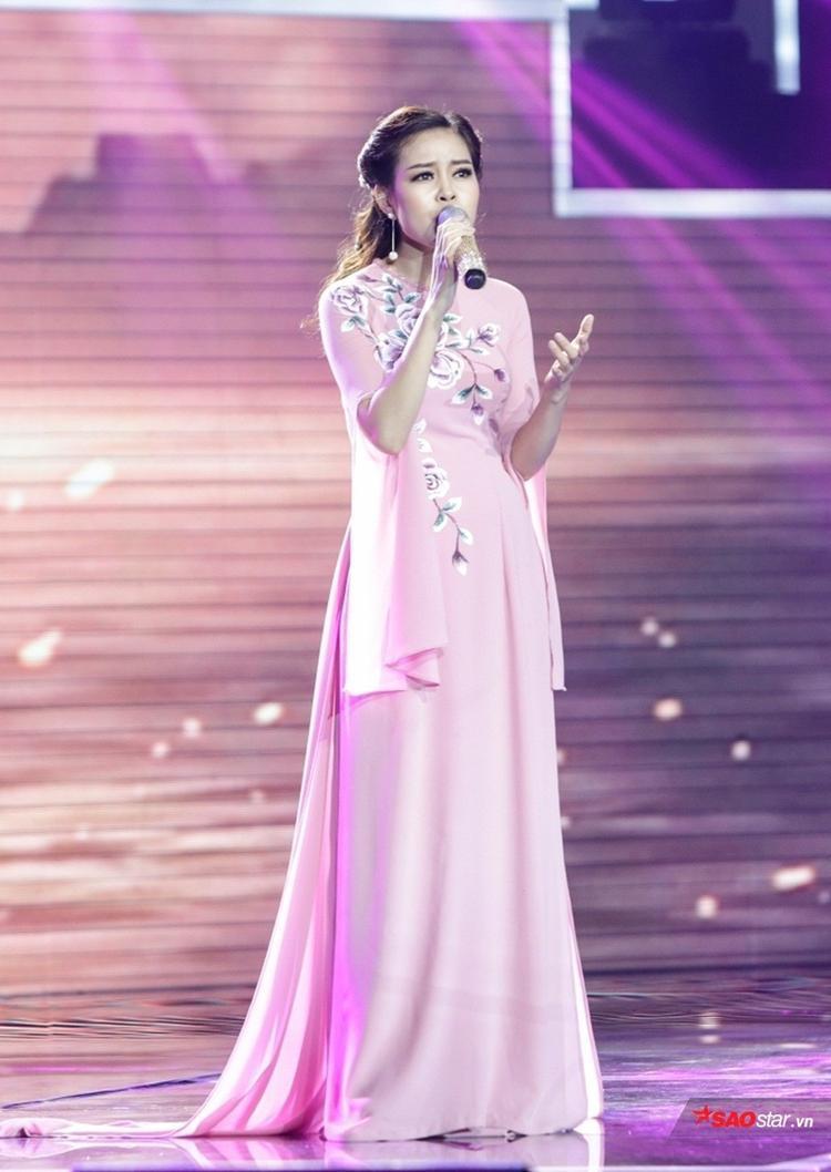 Châu Giang là nghệ danh của thí sinh nữ Hồng Mừng đến từ Hà Nội.