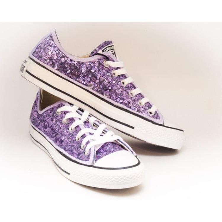 """Thật bất ngờ khi một nhãn hàng chuyên về đồ classic như Converse lại chịu phá lệ vì màu tím của oải hương. Quả thật, màu sắc của lavender đã gây ra một cuộc """"đụng độ"""" ý tưởng không hề đơn giản chút nào."""