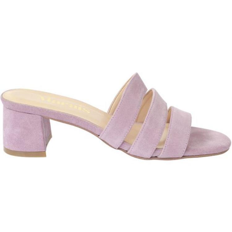Kế tiếp đó chính là một đôi mule dáng cao gót đến từ Marais USA với thiết kế quai ngang đơn giản và thanh lịch.