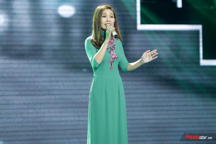 Thanh Lan sở hữu vòng eo siêu mẫu cùng giọng hát lý tưởng khiến bộ đôi HLV ra sức tranh giành.