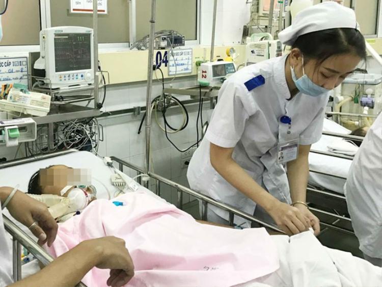 Bệnh nhân lúc được chăm sóc tại Khoa Cấp cứu BV Nhi đồng 1 vào ngày 20.1 Ảnh: DUY TÍNH