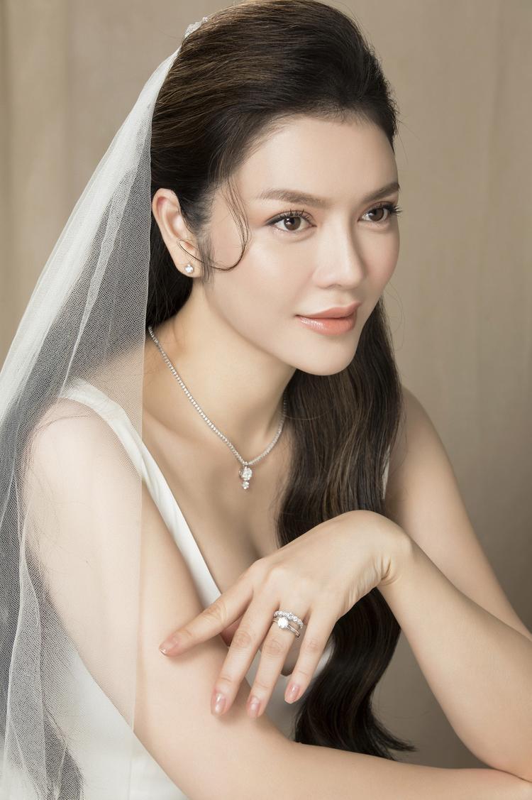 Diện kim cương đắt tiền, người đẹp vẫn không bị quá hầm hố mà trái lại là vô cùng trong trẻo và dịu dàng.