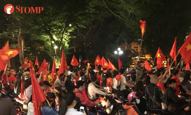 Người hâm mộ Việt Nam đổ xuống đường, hò reo cổ vũ từ chiều cho tới đêm.