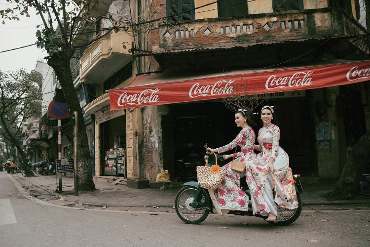 Khác với những cô gái Hà Nội, những cô gái Sài Gòn thập niên 70 thích đi dạo trên những chiếc xe thời thượng như vespa hay cúp. Cùng với tà áo dài bay bay nhẹ nhàng trên đường phố, họ điều khiển chiếc xe cổ kính nhưng vẫn vô cùng phong cách bằng một phong thái nhẹ nhàng, khéo léo khiến bao ánh mắt say đắm nhìn theo.