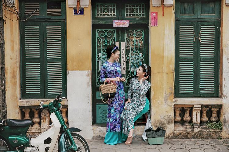 """Với bàn tay trang điểm tài tình và con mắt thẩm mỹ tinh tế của mình, nhà thiết kế Kenny Thái đã biến hóa thành công hai cô gái song sinh đất Bắc thành những """"Cô Ba Sài Gòn"""" đầy phóng khoáng, kiêu kỳ trên đường phố."""