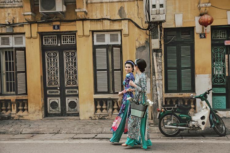 """Không giống áo dài truyền thống, áo dài phong cách """"Cô Ba Sài Gòn"""" chỉ thực sự được tôn lên vẻ đẹp của nó khi được kết hợp với kiểu tóc bồng đặc trưng ảnh hưởng từ nước Pháp, phong cách trang điểm mắt mèo ấn tượng, những chiếc băng-đô buộc tóc đầy màu sắc, những chiếc túi cói thủ công, những chiếc bông tai ngọc trai."""