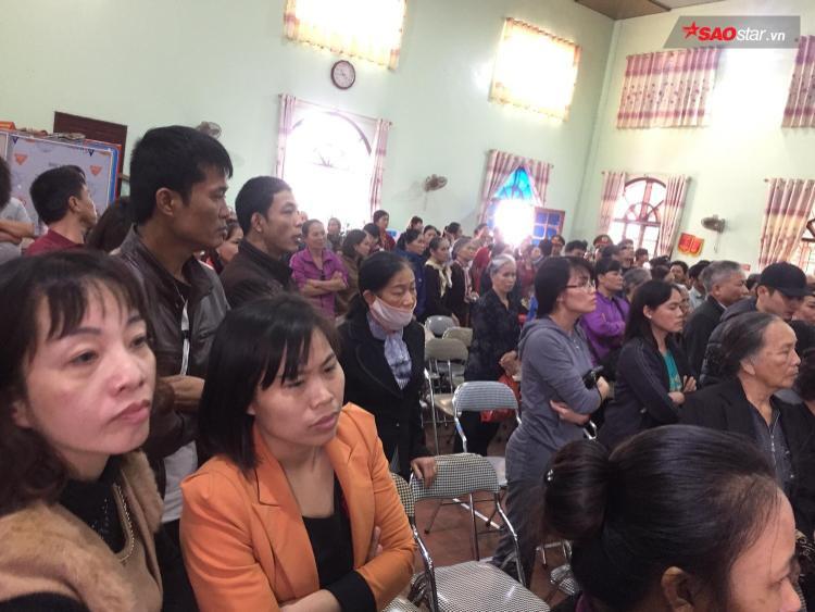 Rất đông người dân có mặt tại phiên tòa.
