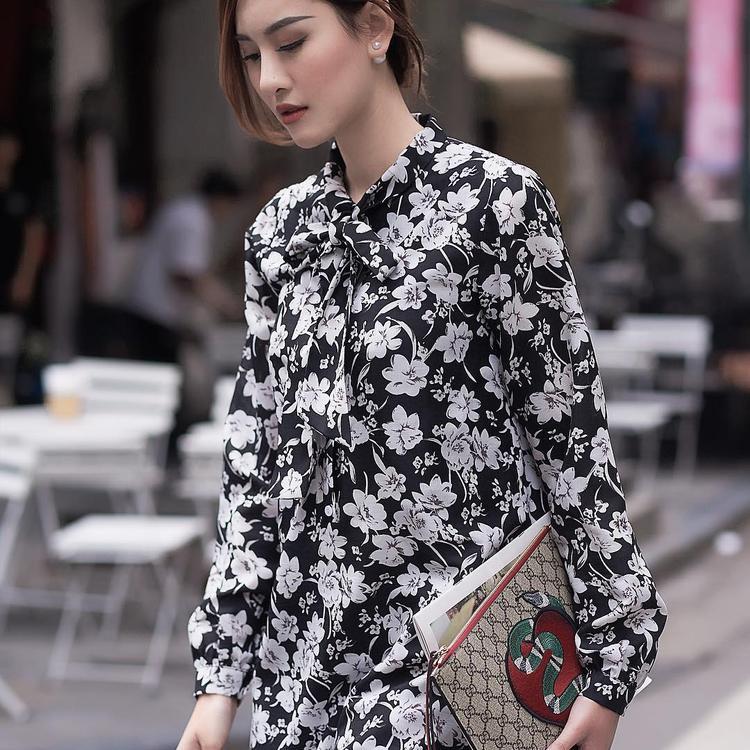 Như một nàng công chúa bước ra từ câu chuyện cổ tích, Hà Lade với chiếc váy hoa đang thả dáng trên phố. Chiếc clutch cầm tay đến từ nhà mốt đắc đỏ Gucci giúp cho tổng thể set đồ được nâng cấp lên một đẳng cấp mới.