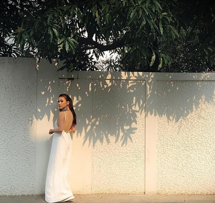 Sĩ Thanh với chiếc váy maxi all white đang khoe làn da rám nắng sexy của mình dưới ánh nắng nhiệt đới tại Thái Lan xa xôi.