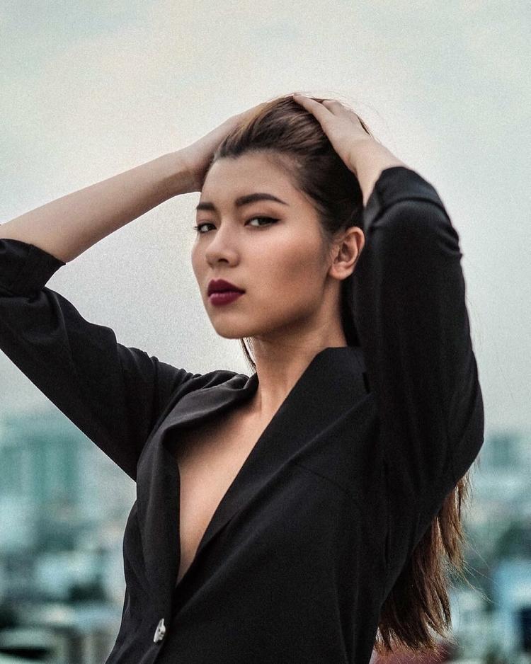 Học trò cưng của MInh Tú - Đồng Ánh Quỳnh đầy nam tính với vest và mái tóc buộc cao gọn gàng.
