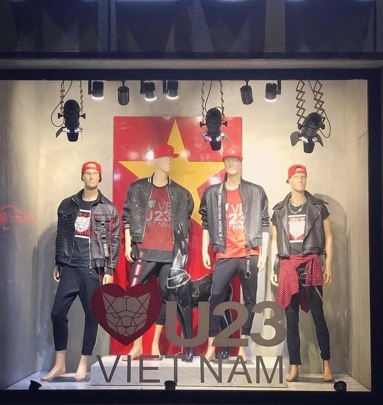 """Vào ngày 25/1, 1000 chiếc áo thun được sản xuất """"nhanh như gió"""" do nhà thiết kế Chung Thanh Phong cùng ekip thực hiện đã có mặt tại cửa hàng thời trang riêng của Chung Thanh Phong. Được biết những chiếc áo thun in hình cờ đỏ, sao vàng được thiết kế dành tặng cho các fan cổ vũ U23 Việt Nam trước thềm Chung kết U23 châu Á."""