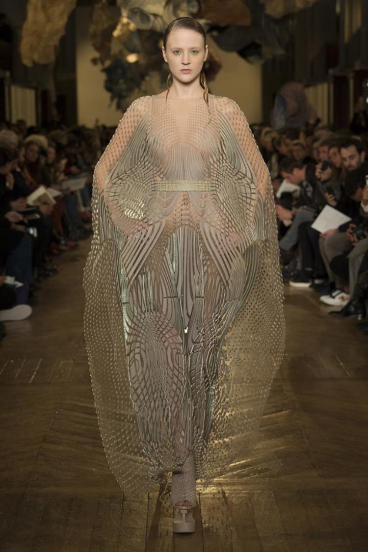 Chiếc váy với chất liệu poli được thiết kế lạ mắt, xử lý kì công là một trong những trang phục được đánh giá là ấn tượng nhất trong tuần lễ thời trang Haute Couture xuân, hè 2018.
