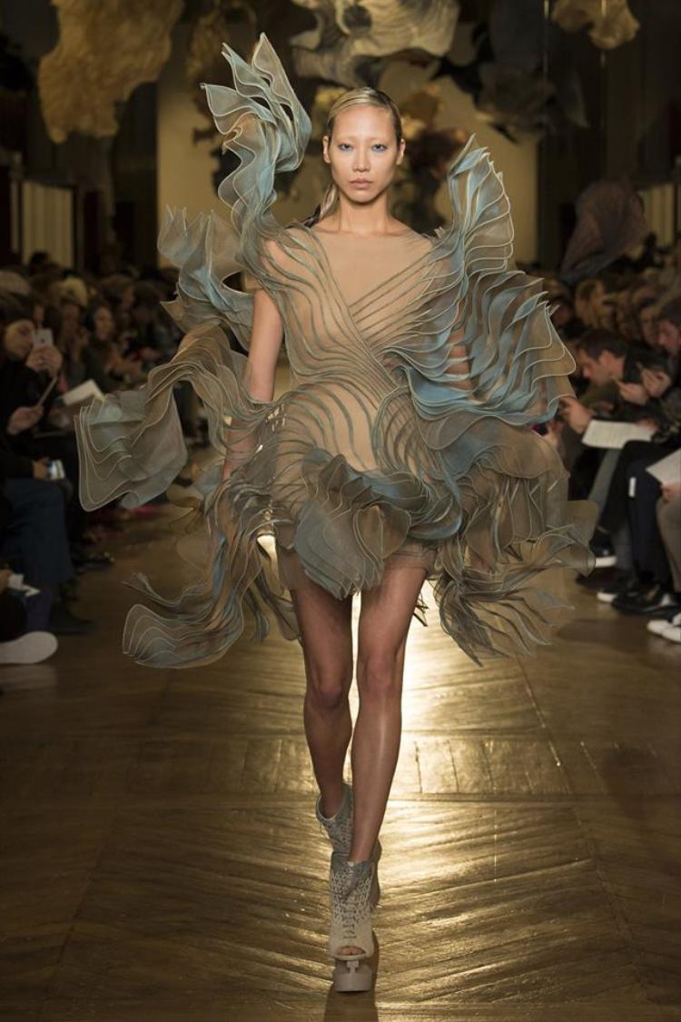 Cuối cùng, nhắc đến Haute Couture, không thể không nhắc đến nhà mốt Iris Van Herpen, thương hiệu nổi tiếng với những thiết kế được xử lí chất liệu độc đáo cùng phom dáng ấn tượng, lạ mắt từng được rất nhiều các biên tập thời trang thế giới đánh giá cao.