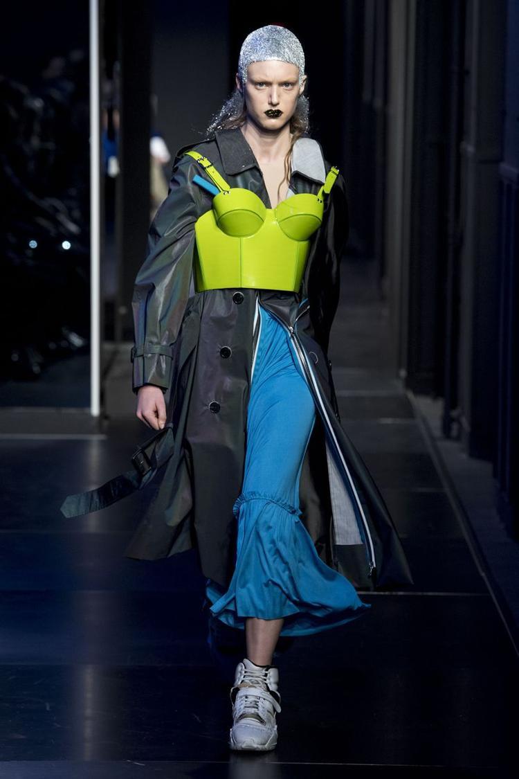 """Ngoài ra, nhà mốt cũng đem đến những cách kết hợp lạ mắt như áo corset dạ quang mặc ngoài cùng măng-tô dáng dài. Không thể phủ nhận, đây đều là những thiết kế rất """"độc, lạ""""."""