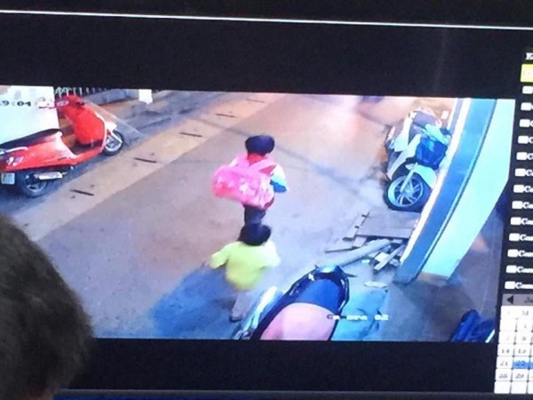Hình ảnh hai bé trước thời điểm rời khỏi nhà được camera ghi lại được.
