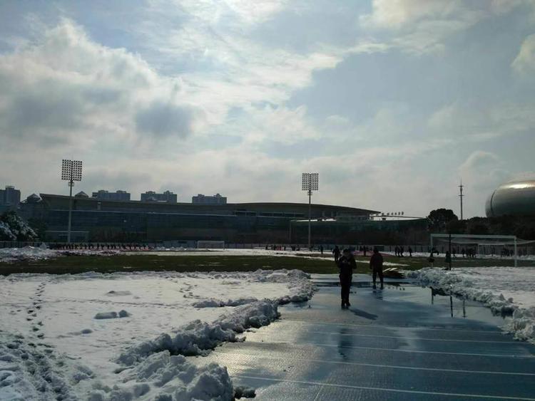 Trời hửng nắng và băng tuyết đã bắt đầu tan.