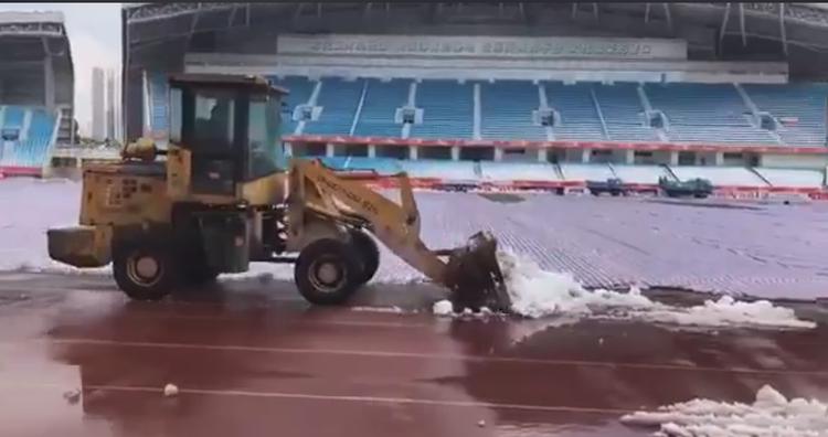 Các xe dọn tuyết vẫn đang tích cực hoạt động.
