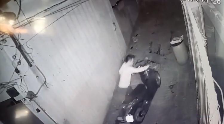 Chiếc xe hiệu SH của nạn nhân bị tên trộm nhanh chóng trộm cắp. Ảnh cắt từ clip.