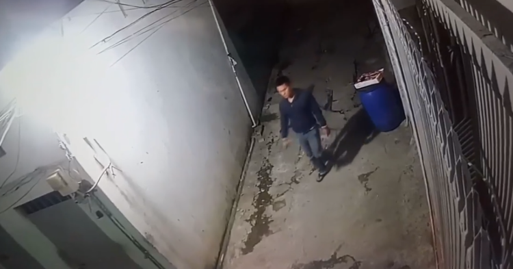 Tên trộm ngang nhiên đi vào khu trọ để thực hiện vụ trộm.