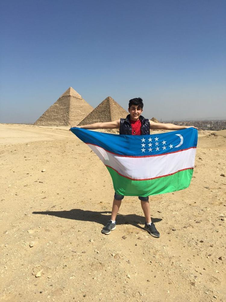 Azizov cầm quốc kỳ củaUzbekistan khi tới thăm Ai Cập.
