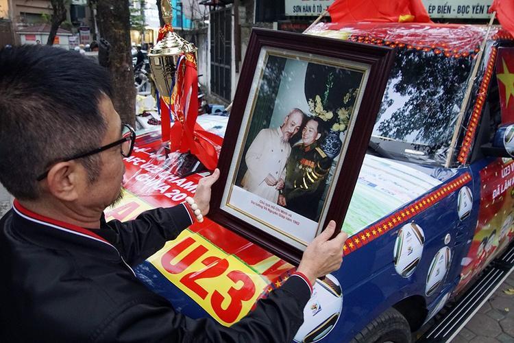 Anh Dương dự tính treo thêm cả ảnh Bác hồ và Đại tướng Võ Nguyên Giáp để thể hiện lòng tự hào dân tộc.