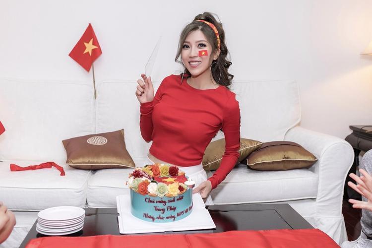 """Lựa chọn cách chúc mừng U23 hoàn toàn khác biệt, Trang Pháp tổ chức sinh nhật trong không khí toàn cờ đỏ sao vàng. Chia sẻ về trận chung kết sắp đến, Trang Pháp cho biết:""""Kết quả dù có thế nào thì đội tuyển U23 Việt Nam đã là những người hùng trong lòng tất cả người dân Việt Nam. Tất cả chúng ta có thể ăn mừng chiến thắng vang dội của đội tuyển trong mùa giải lịch sử này""""."""