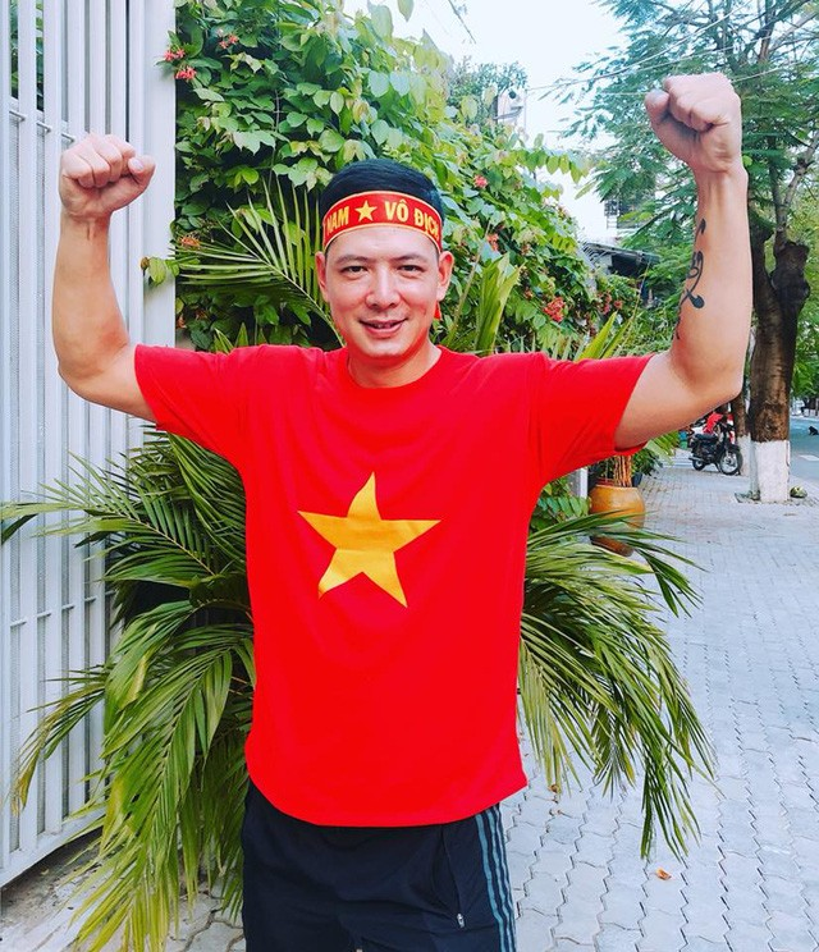 """Tin tưởng vào chiến thắng của các tuyển thủ Việt Nam trên đất khách, nam diễn viên Bình Minh quyết định tặng 1,5 tỷ đồng nếu đội tuyển Việt Nam mang về cúp vô địch. Anh chia sẻ: """"Đã rất lâu rồi người Việt Nam mới có được cảm giác sung sướng khi đội tuyển bóng đá của chúng ta ghi được thành tích cao. Là một người yêu bóng đá, tôi nghĩ bản thân nên làm một điều gì đó để khích lệ tinh thần các tuyển thủ""""."""