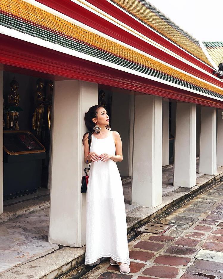 """Sỹ Thanh mê mẩn sắc trắng khi lựa chọn chiếc váy ôm dáng dài này. Tuy không quá đặc sắc , nhưng phải công nhận, cách lựa chọn trang phục khiến nữ diễn viên """"Chiến dịch chống ế"""" trông cao ráo hơn rất nhiều."""